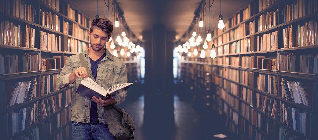 Un étudiant dans une bibliothèque